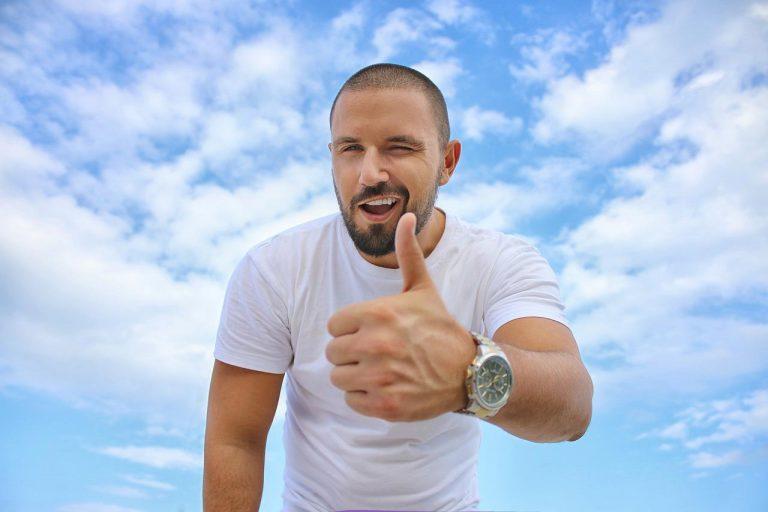 homme barbu levant son pouce