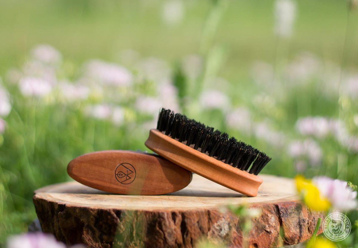brosse barbe manche en bois et poils de sanglier into the beard