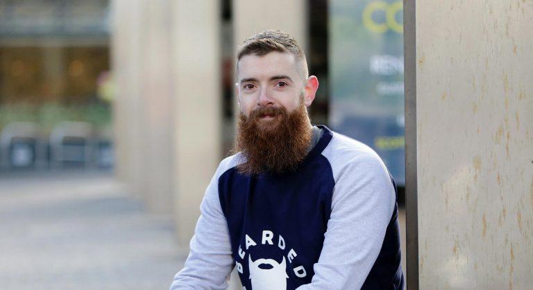Jeune homme avec une barbe longue