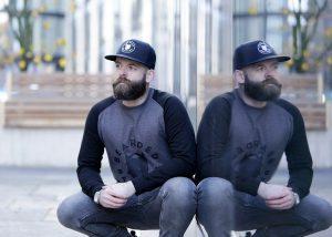 assouplir barbe homme accroupi avec casquette