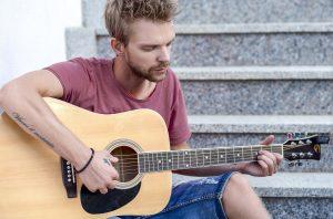 barbe de 1 mois homme jouant de la guitare