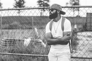 barbe hipster epaisse sur homme muscle avec casquette