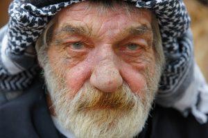 barbe qui gratte homme de face yeux clairs