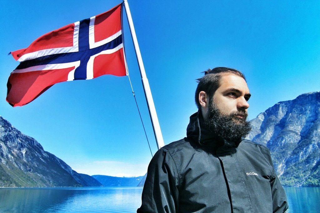 barbe qui gratte homme sur un bateau drapeau norvege