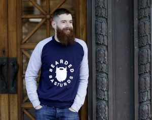 belle barbe homme accoude porte avec sweat shirt