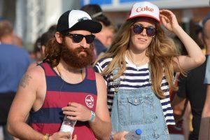 belle barbe homme avec casquette et debardeur