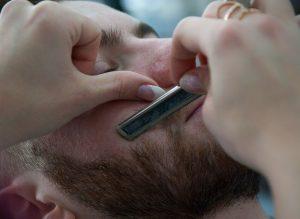 bien tailler sa barbe chez le barbier