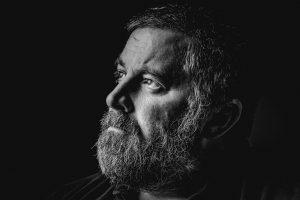 grosse barbe homme de profil