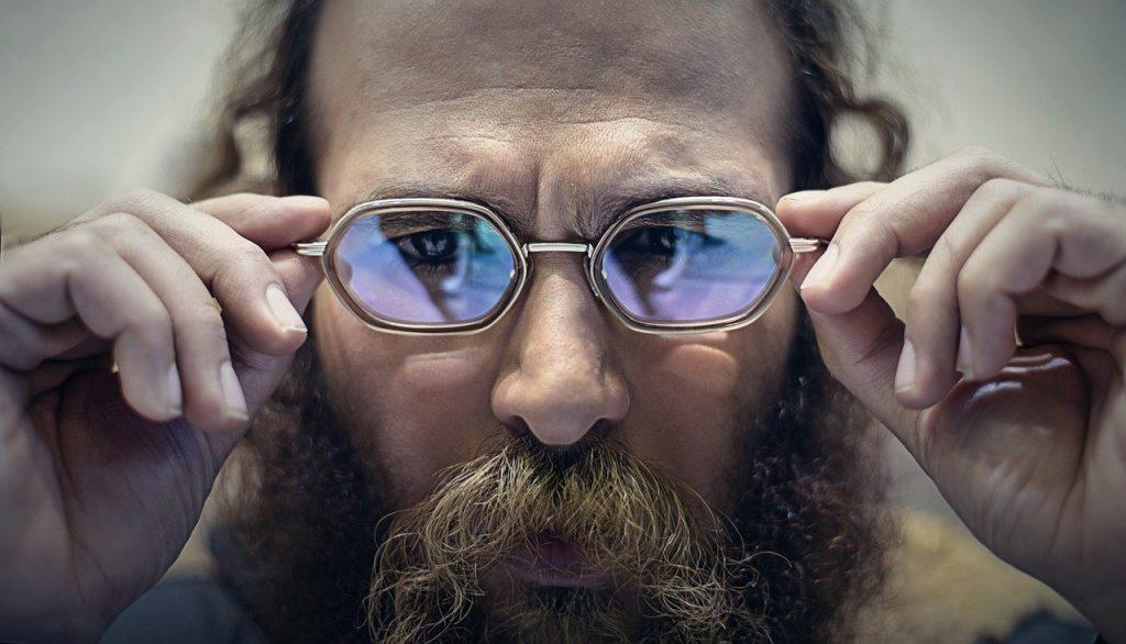 pellicule barbe homme de face avec lunette