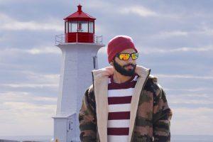pellicule barbe homme devant phare avec parka