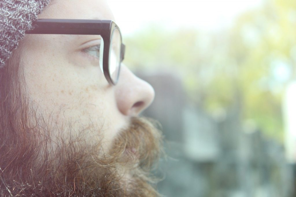 serum barbe gros plan barbe marron de profil