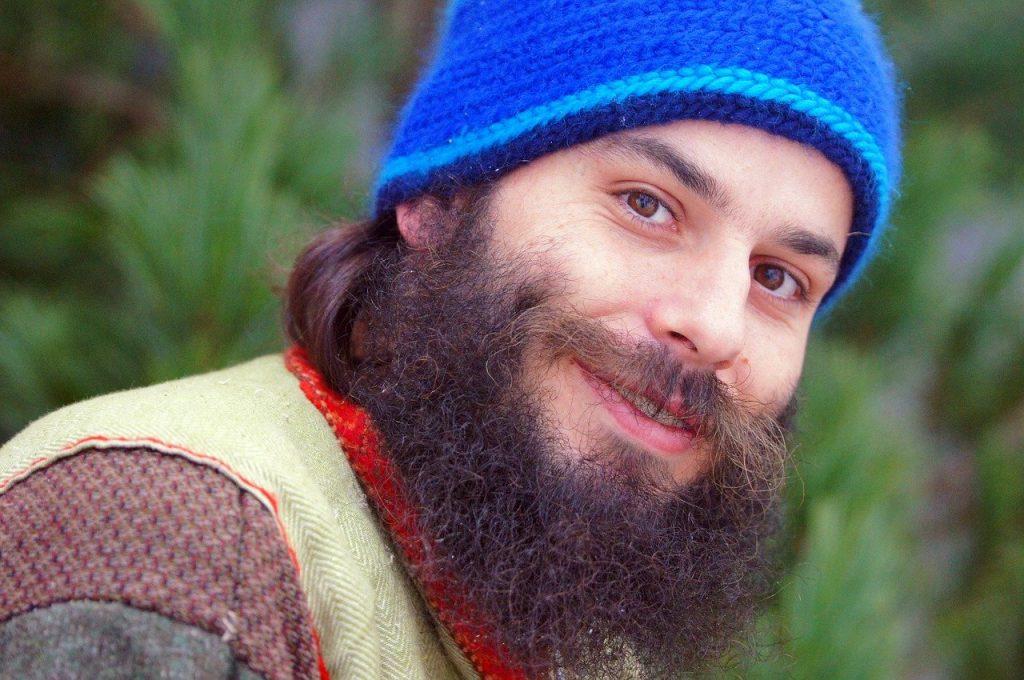 tailler sa barbe longue homme avec bonnet